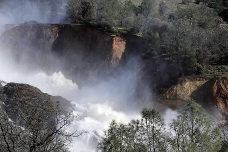 Nước xả từ đập tràn Oroville. Ảnh: SFCHRONICLE