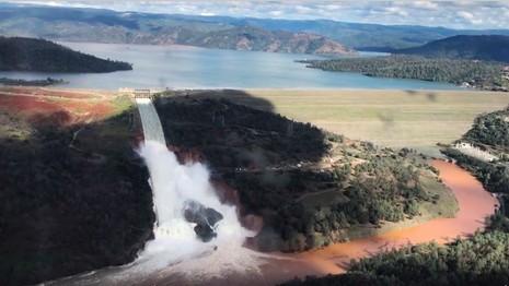 Nước từ đập Oroville thoát qua một đập tràn khẩn cấp. Ảnh: AP đưa lại từ Văn phòng cảnh sát hạt Butte chụp từ trực thăng
