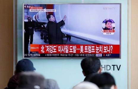 Lãnh đạo Kim Jong-un đích thân giám sát vụ phóng tên lửa đạn đạo mới nhất của Triều Tiên ngày 12-2. Ảnh: REUTERS