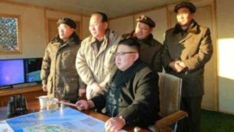 Lãnh đạo Kim Jong-un trực tiếp giám sát vụ thử tên lửa. Ảnh: CNN