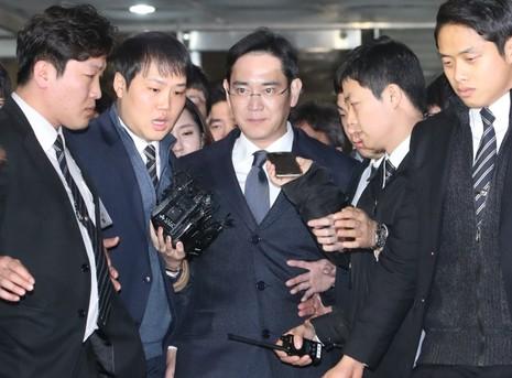 Ông Lee Jae-yong trải qua một ngày dài thẩm vấn (16-2) ở Văn phòng công tố đặc biệt trước khi bị bắt ngày 17-2. Ảnh YONHAP