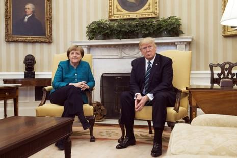 Tổng thống Trump đã từ chối bắt tay Thủ tướng Merkel tại cuộc gặp ở Nhà Trắng (Mỹ) ngày 17-3. Ảnh: GETTY IMAGES