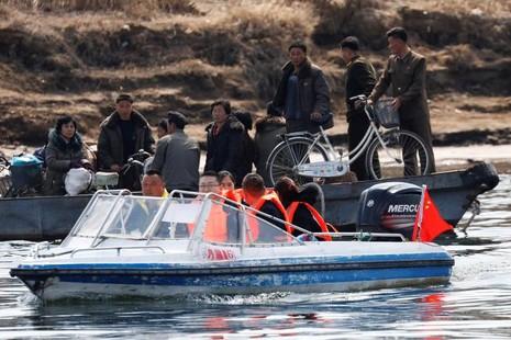 Du khách Trung Quốc (thuyền phía trước) và thuyền Triều Tiên phía sau trên sông Yalu ngày 1-4. Ảnh: REUTERS