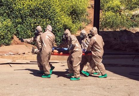 Một nạn nhân vụ đánh bom hóa học ở tỉnh Idlib (Syria) ngày 4-4 được đưa đi cấp cứu. Ảnh: AP