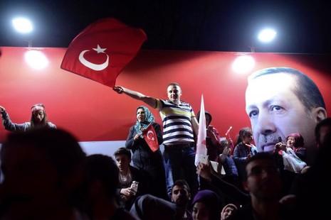 Người ủng hộ Tổng thống Erdogan mừng chiến thắng, tại thủ đô Ankara (Thổ Nhĩ Kỳ) ngày 16-4. Ảnh: REUTERS