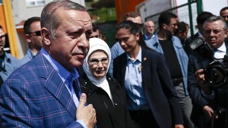 Tổng thống Erdogan và vợ sau khi bỏ phiếu tại thủ đô Ankara (Thổ Nhĩ Kỳ) ngày 16-4. Ảnh: REUTERS