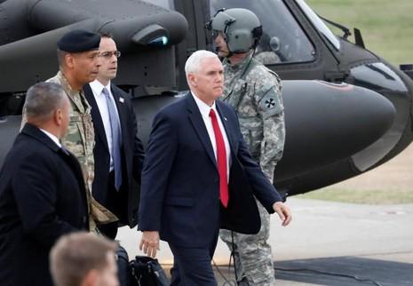 Phó Tổng thống Mỹ Mike Pence đến Trại Bonifas gần làng Bàn Môn Điếm ở tỉnh Paju (Hàn Quốc) sáng 17-4. Ảnh: REUTERS