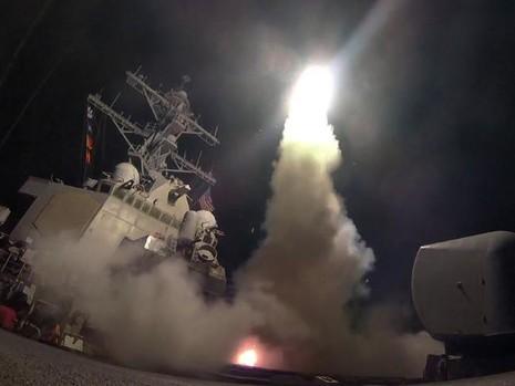 Tàu chiến Mỹ nã tên lửa hành trình Tomahawk vào Syria ngày 7-4. Ảnh: THE MERCURY