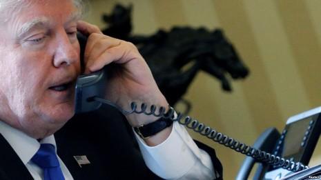 Tổng thống Mỹ Trump điện đàm với Tổng thống Nga Putin từ phòng Bầu dục ở Nhà Trắng ngày 28-1. Ảnh: REUTERS