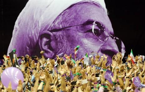 Người ủng hộ ông đương kim tổng thống Iran Rouhani tuần hành tại Tehran ngày 13-5. Ảnh: EPA