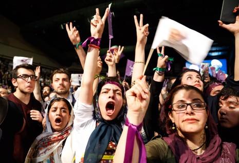 Một phần lớn người ủng hộ đương kim tổng thống Iran Rouhani là người trẻ thành thị, tuần hành tại Tehran ngày 9-5. Ảnh: EPA