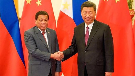Tổng thống Philippines Rodrigo Duterte (trái) và Chủ tịch Trung Quốc Tập Cận Bình trước cuộc gặp song phương ngày 15-5 tại Bắc Kinh (Trung Quốc). Ảnh: REUTERS