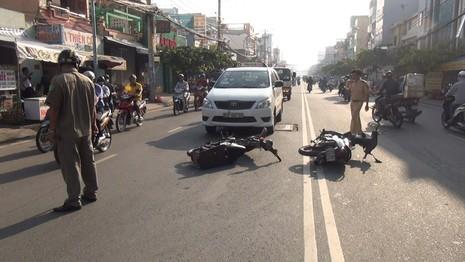 Va chạm liên tiếp trên đường, hai người thoát chết trong gang tấc - ảnh 1