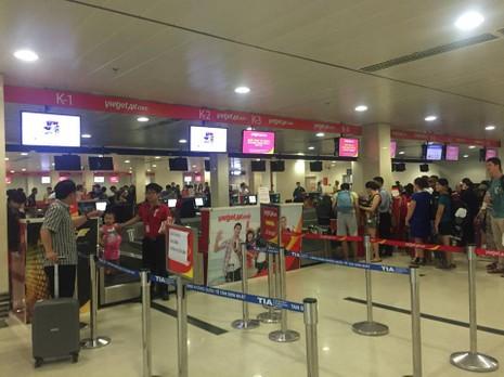 Sân bay Tân Sơn Nhất đông nghẹt trước dịp nghỉ Giỗ tổ Hùng Vương - ảnh 3