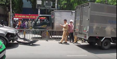 Giao lộ Trường Chinh - Hoàng Hoa Thám kẹt cứng vì nữ tài xế cố thủ - ảnh 2