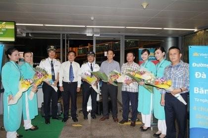 Đại diện Vietnam Airlines chúc mừng tổ bay và tặng quà cho những hành khách trên chuyến bay khai trương đường bay mới.