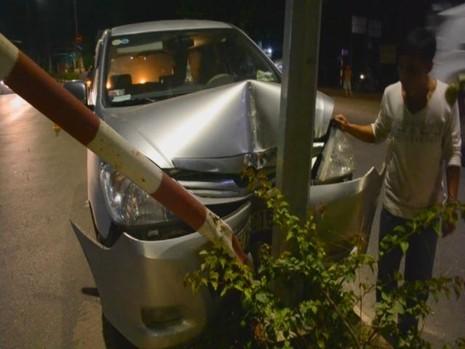 Ô tô 7 chỗ tông sập dải phân cách, tài xế trọng thương - ảnh 1