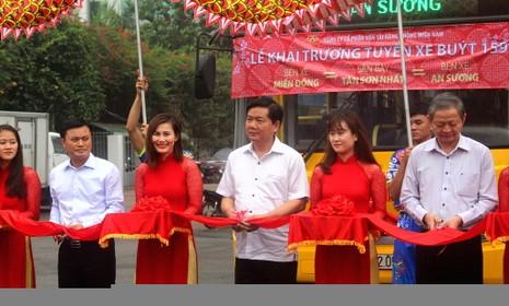 Bí thư Đinh La Thăng đi xe buýt mới từ Tân Sơn Nhất - ảnh 2