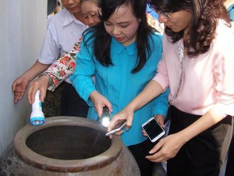 Bộ trưởng Bộ Y tế Nguyễn Thị Kim Tiến (thứ hai từ phải qua) kiểm tra công tác phòng chống sốt xuất huyết trên địa bàn huyện Bình Chánh (TP.HCM). Ảnh: TRẦN NGỌC