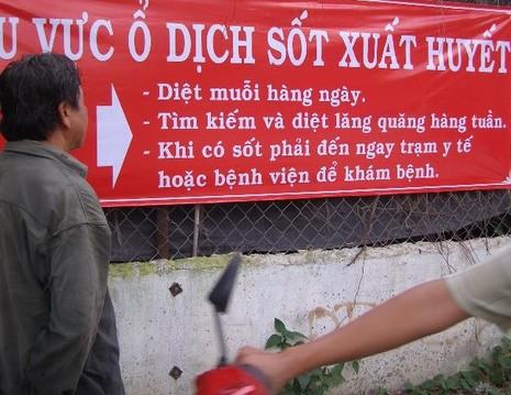 Trung tâm Y tế dự phòng huyện Hóc Môn (TP.HCM) dựng bảng cảnh báo tại khu vực xuất hiện ổ dịch SXH. Ảnh TRẦN NGỌC