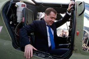 Thủ tướng Nga Dmitry Medevedev là quan chức cao cấp nhất tới bán đảo này sau khi vùng lãnh thổ từng thuộc Ukraine được sáp nhập vào Nga.