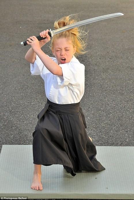 Cô bé 9 tuổi múa kiếm gây sốt ở cuộc thi tìm kiếm tài năng - ảnh 3
