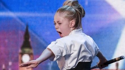 Cô bé 9 tuổi múa kiếm gây sốt ở cuộc thi tìm kiếm tài năng - ảnh 1