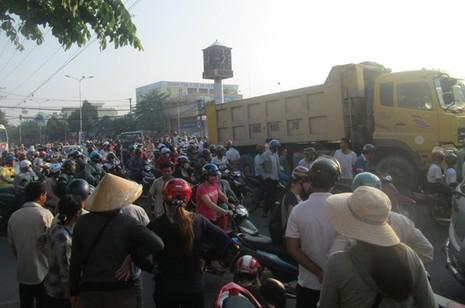 Xe ben tông xe máy, một người tử vong - ảnh 2
