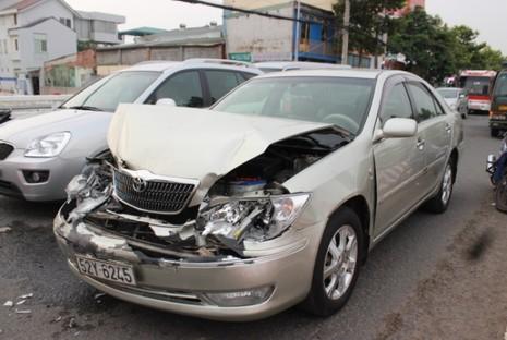 Tông xe liên hoàn, nhiều người may mắn thoát nạn - ảnh 1