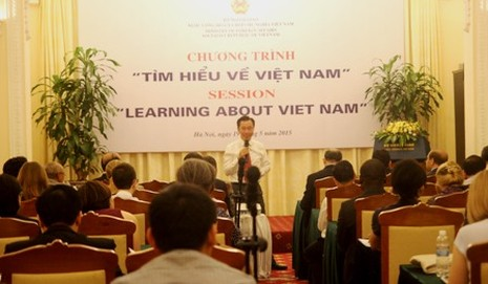 Gần 60 nhà ngoại giao tìm hiểu đất nước Việt Nam - ảnh 1
