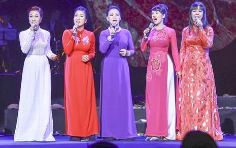 """Liveshow Khánh Ly: """"Gọi tên bốn mùa"""" trọn vẹn với khán giả - ảnh 9"""