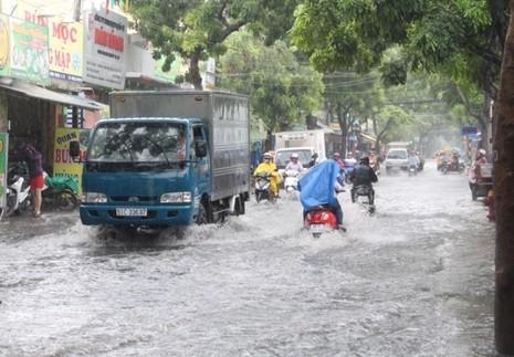 TP.HCM: Mưa lớn, nhiều tuyến đường ngập nặng - ảnh 2