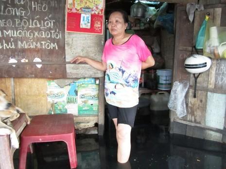 TP.HCM: Sau mưa, người dân bì bõm lội nước cống đen ngòm - ảnh 2