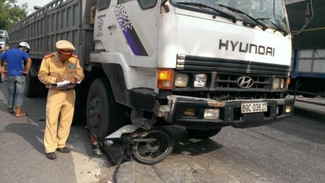 Xe tải cuốn xe máy, một người nguy kịch    - ảnh 1