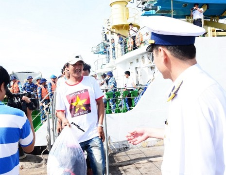Đưa 11 ngư dân Bình Định bị chìm tàu vào bờ an toàn - ảnh 1
