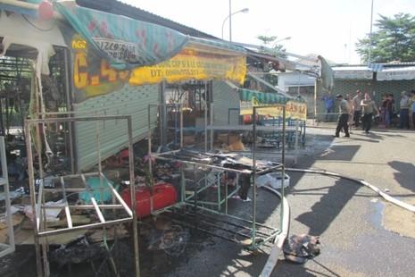 Cháy chợ Nông sản Thủ Đức, 6 ki ốt bị hư hỏng nặng - ảnh 1