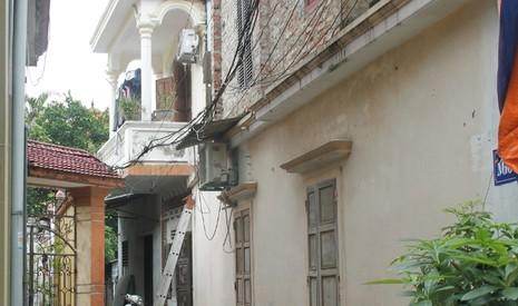 Phát hiện xác đôi nam nữ đang phân hủy trong căn nhà khóa kín cửa - ảnh 1
