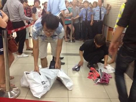 Xả hàng đồng giá, người dân 'chui' cửa cuốn để mua giày - ảnh 1