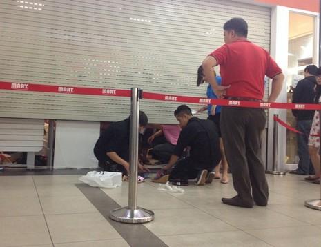 Xả hàng đồng giá, người dân 'chui' cửa cuốn để mua giày - ảnh 3