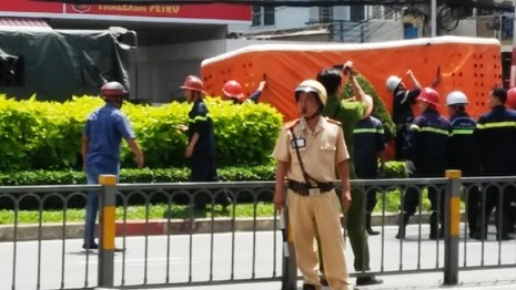 Thanh niên nghi 'ngáo đá' trèo lên cột điện cao hàng chục mét - ảnh 2