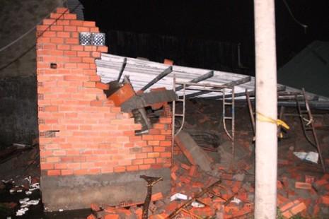 Sập nhà ở Bình Chánh, 11 người nhập viện, một người tử vong - ảnh 1