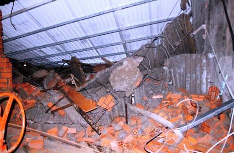 Sập nhà ở Bình Chánh, 11 người nhập viện, một người tử vong - ảnh 2