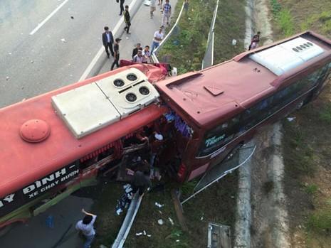 Tai nạn kinh hoàng trên cao tốc, 2 người chết, hơn 10 người bị thương - ảnh 1