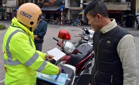 Hà Nội xử phạt người đi bộ vi phạm luật giao thông - ảnh 2