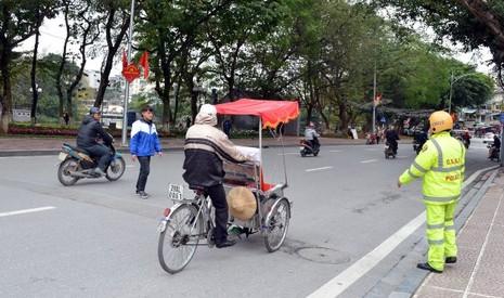 Hà Nội xử phạt người đi bộ vi phạm luật giao thông - ảnh 5