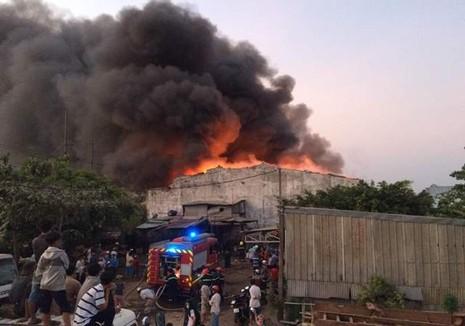 Cháy lớn tại công ty thiết bị điện ở quận Bình Tân - ảnh 1