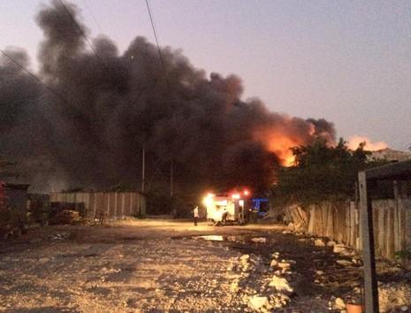 Cháy lớn tại công ty thiết bị điện ở quận Bình Tân - ảnh 2