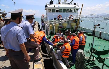 Tàu kiểm ngư cấp cứu kịp thời ngư dân bị tai biến trên biển - ảnh 1
