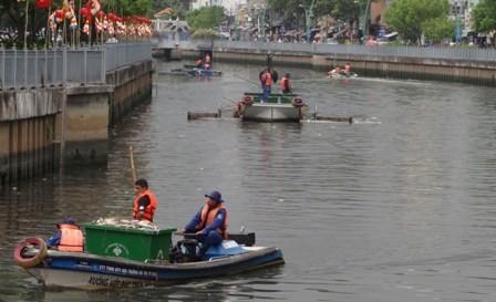 Ba năm, hơn 100 tấn cá chết kênh Nhiêu Lộc - Thị nghè - ảnh 1