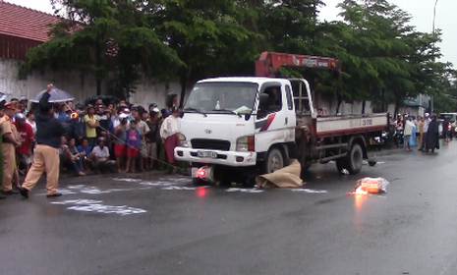 Hai cô gái chết thảm dưới bánh xe tải - ảnh 1